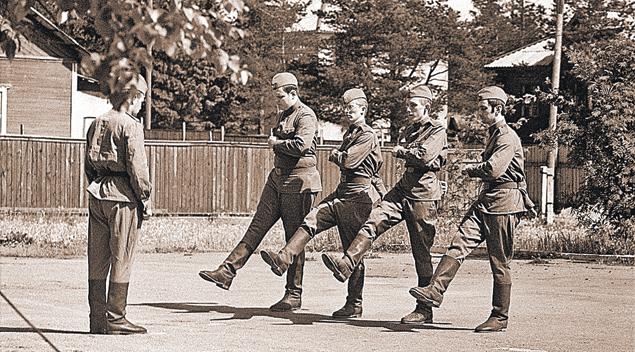 Сергей Иванов (среди марширующих - второй слева) на строевой подготовке во время сборов. Военная кафедра Ленинградского госуниверситета. Июль 1974 года.