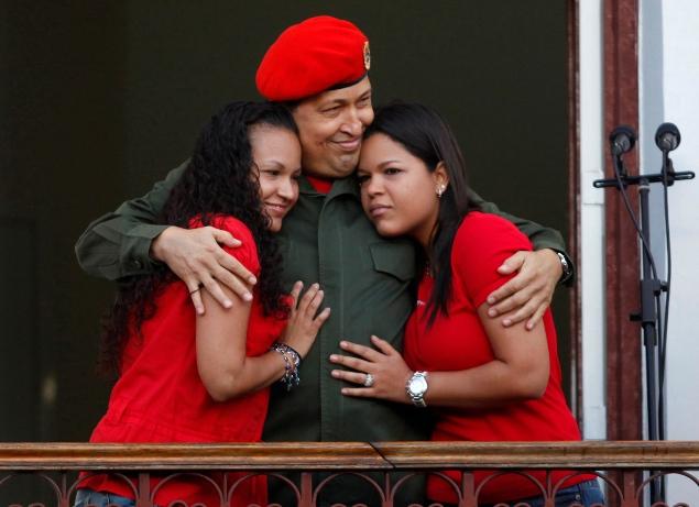 Уго Чавес с дочерьми на балконе своего президентского дворца Фото: REUTERS