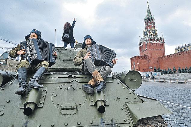Красная площадь принимала как своих участников торжественного марша в честь легендарного парада 7 ноября 1941 года. Фото: Владимир ВЕЛЕНГУРИН