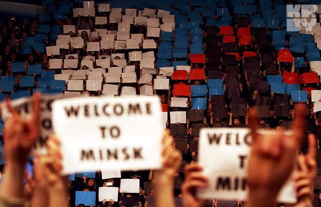 К встрече белорусские зрители готовились основательно: распечатали плакаты, договорились... Фото: Сергей ГАПОН