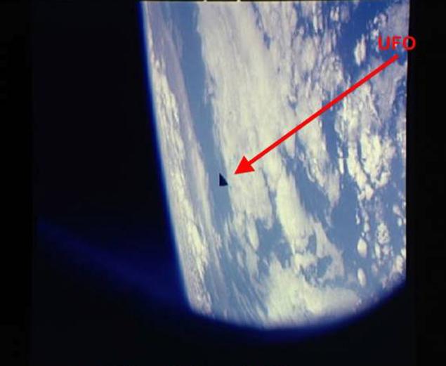 """Треугольный НЛО, сфотографированный с борта шаттла """"Колумбия"""""""