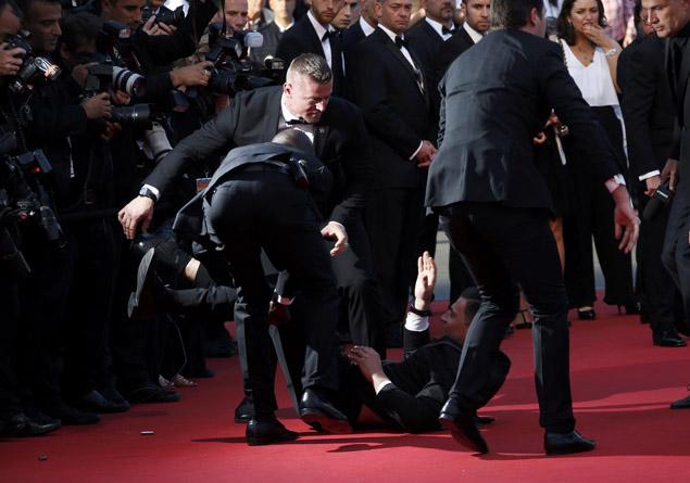 Подоспевшая охрана быстро скрутила дебошира и сдала его французской полиции. Фото: REUTERS