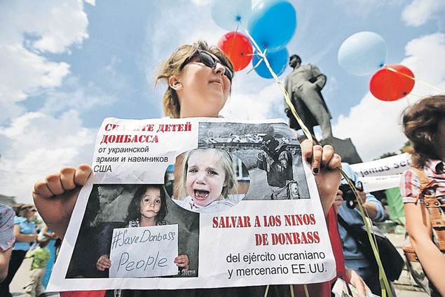 Второй - в Донецке. Подписать их можно одинаково: взрослые пришли защитить мирное детство.  Если бы между ними не стояла война... Фото: REUTERS