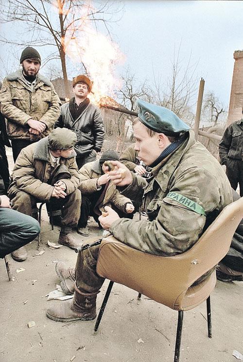 На стороне боевиков в Чечне активно воевали украинские националисты. Это фото сделано в 1995 году  в Грозном. Убивают людей  они и сейчас - в Донбассе.   И это, похоже, единственная параллель между войнами  на востоке Украины  и на Северном Кавказе. Фото: Владимир ВЕЛЕНГУРИН