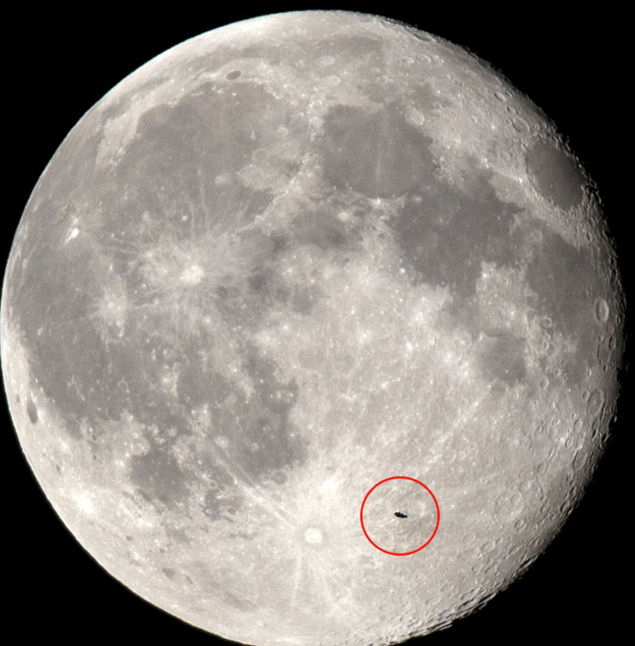 На фоне Луны появился какой-то объект