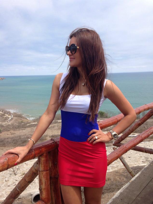Юлия сделал снимок, где прогуливается в платье цветов российского триколора.