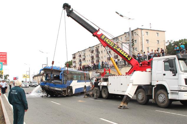 Автобус перевернули и убрали с дороги Фото: Сергей СТАНЧИК