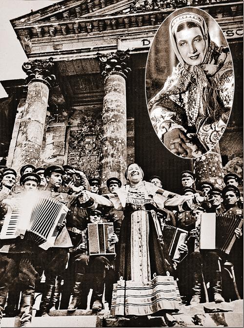 В мае 1945 года Лидия Русланова пела на ступеньках Рейхстага. Георгий Жуков слушал ее пение, а потом снял с груди орден и вручил певице. Фото: Центральный государственный архив кинофотодокументов