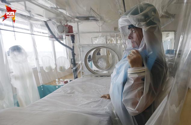 Почему смертельную болезнь, несмотря на международные усилия, никак не обуздают? Фото: REUTERS
