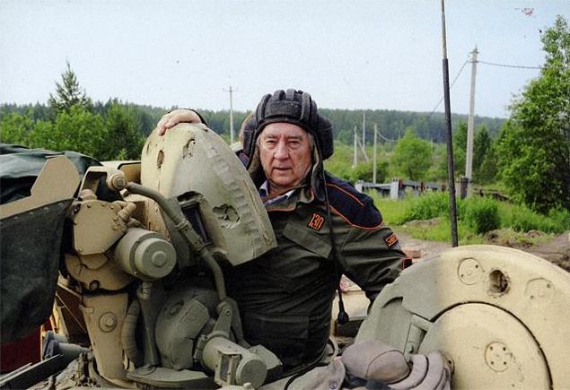 Александр Андреевич просил подписать это свое фото так: «Александр Проханов в своем рабочем кабинете - в танке Т-90». А вообще-то на этом снимке писатель запечатлен наполигоне «Уралвагонзавода»  в Нижнем Тагиле в2013 году. Фото: личный архив А. Проханов