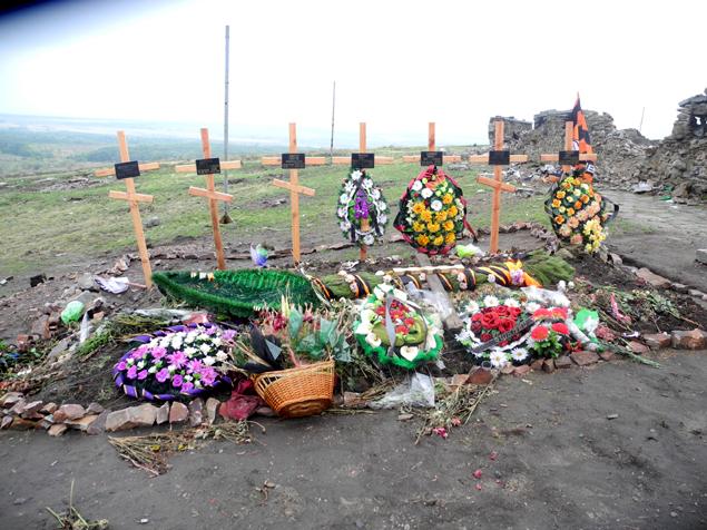 К уже имеющимся на высоте захоронениям героев Великой Отечественной добавились свежие могилы. Фото: Александр ГРИШИН