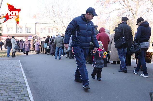 Очередь к избирательному участку длиной, наверное, метров двести, а может быть, триста Фото: Александр КОЦ, Дмитрий СТЕШИН