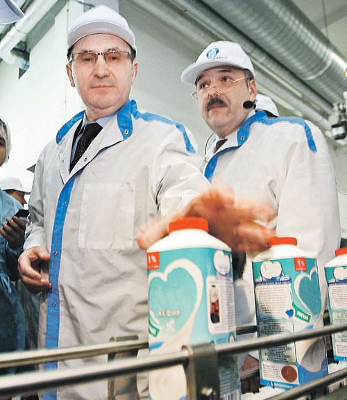 Министр Федоров (слева) хочет знать, как расходуются молочные субсидии из бюджета. Фото: RUSSIAN LOOK