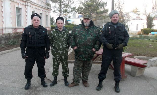 Геннадий (третий слева) с товарищами в Евпатории. Фото: личный архив.