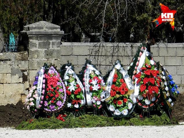 Во время приезда родственников Виктора многочисленные букеты роз убрали с могилы. Цветы унесли в собор. Фото: Анастасия МЕДЫНЦЕВА