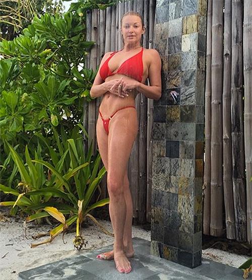 Многие подписчики инстаграма Анастасии не смогли сдержать своего негодования насчет выбора ей купальника для этого снимка. Фото: Инстаграм @volochkova_art