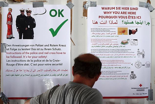 Информирование беженцев, прибывающих в Европу. Фото: REUTERS