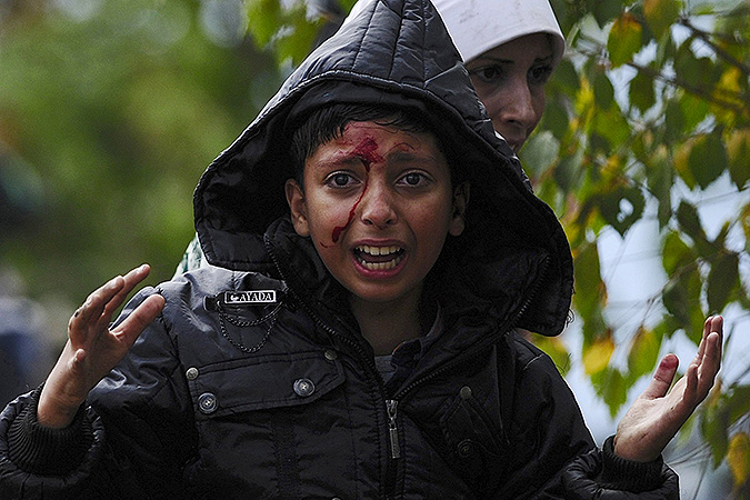 На границе Македонии и Сербии не обходится без крови, полицейские вынуждены силой усмирять беженцев. Фото: REUTERS