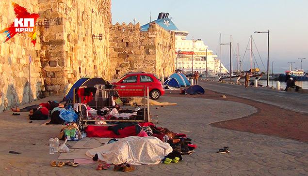 Беженцы, что побогаче, снимают номера в отелях. Но большинство отдали за «билет» последние деньги. Они живут в палаточном городке Фото: Владимир ДЕМЧЕНКО