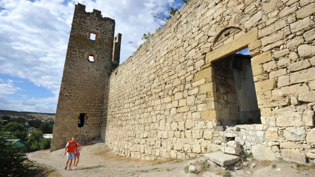 люди у крепости в феодосии