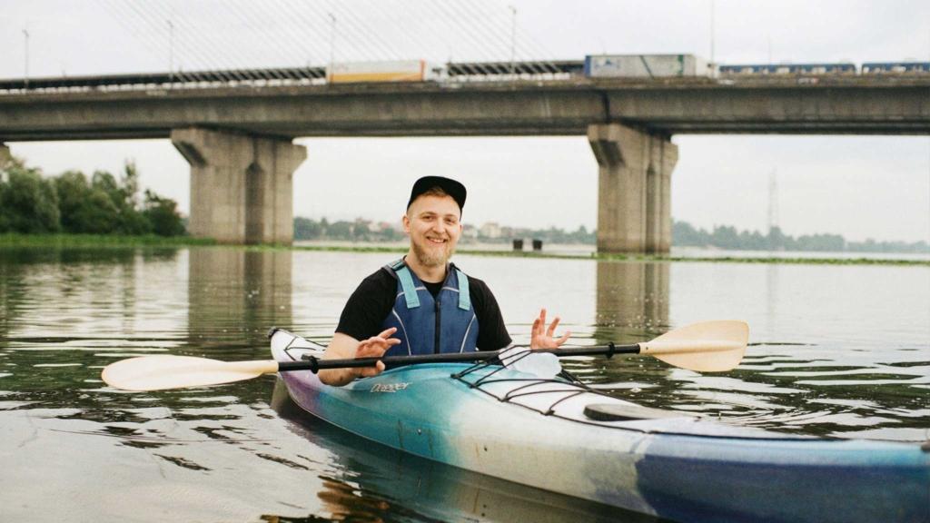 парень сплавляется по реке