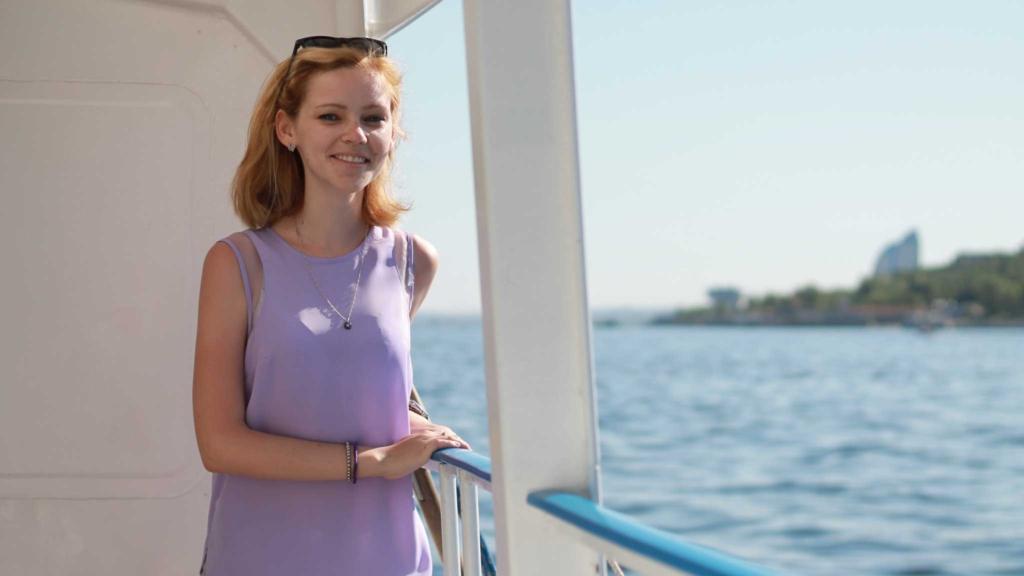 девушка на палубе теплохода