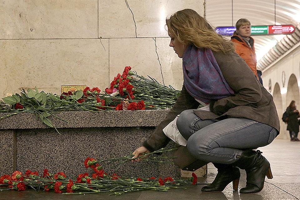 Цветы у стихийного мемориала в метро Санкт-Петербурга.