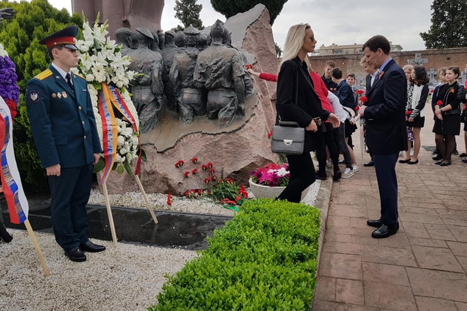 Возложение венков к памятнику советских солдат является традиционным и происходит в Мадриде уже многие годы в День Победы