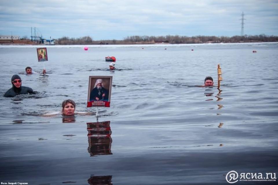 Заплыв символизирует силу духа и волю людей.