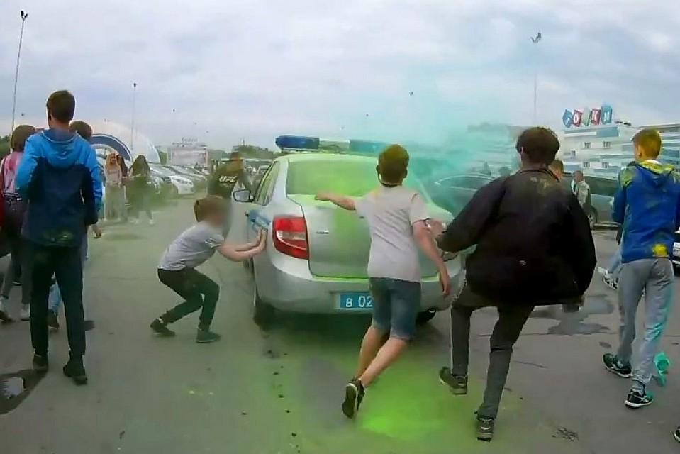 Во время фестиваля красок в Челябинске подростки напали на полицейские машины и забросали..пока красками