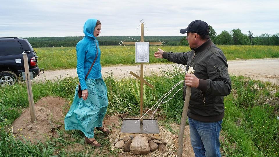 Рядом с кладбищем поставили крест