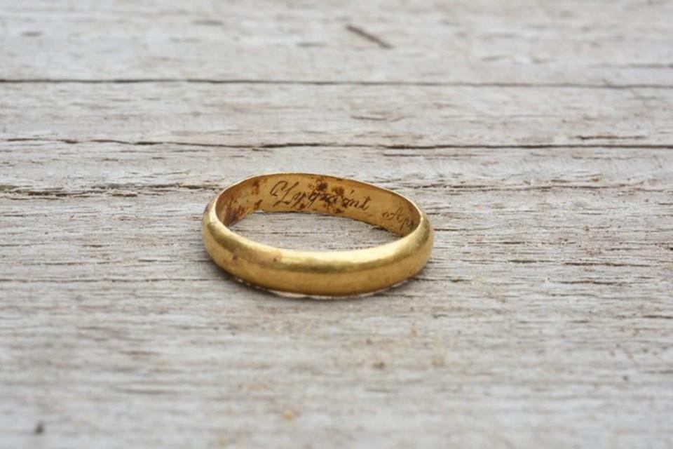 Кольцо с гравировкой археологи сняли с правой руки похороненного в могиле. Фото: lrkm.lrv.lt