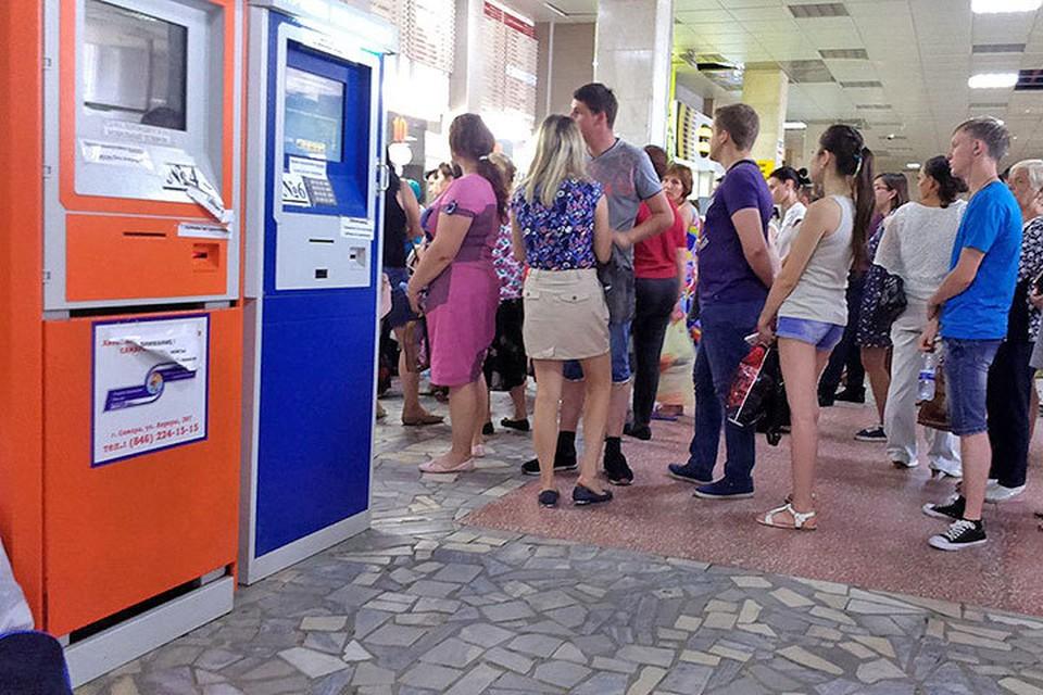 В ночь на 3 июля на самарском Центральном автовокзале перестали работать терминалы. За билетами выстроились огромные очереди в кассы.