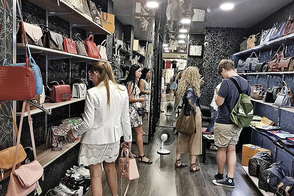605d6461c Звезды российского шоу-бизнеса покупают брендовую обувь и одежду на вещевом  рынке