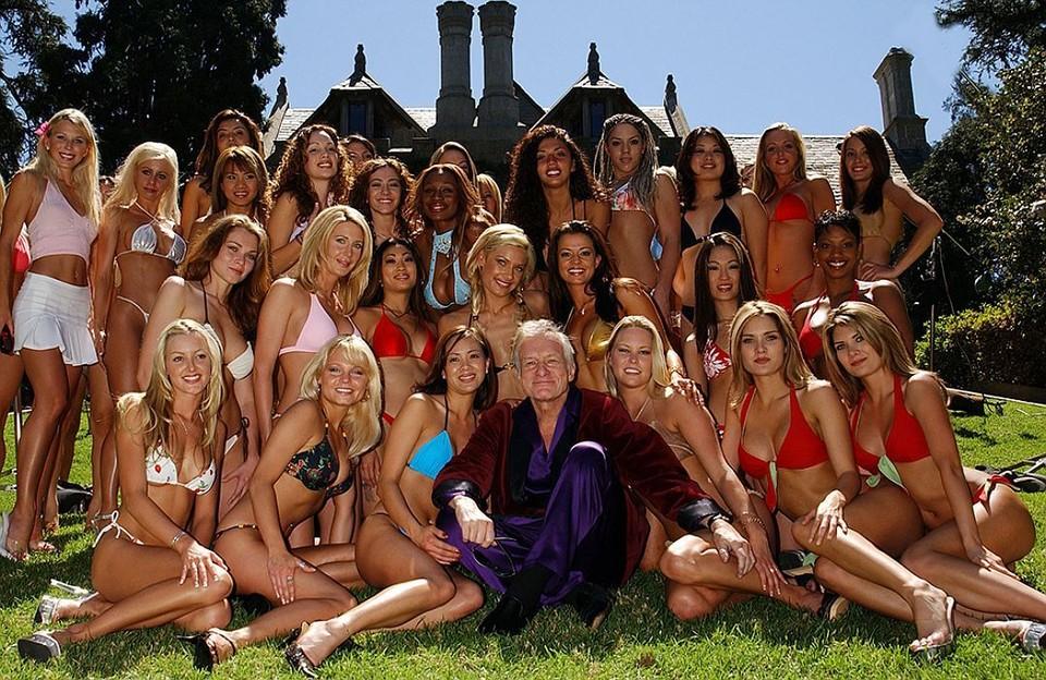 Основатель империи Playboy Хью Хефнер в окружении моделей