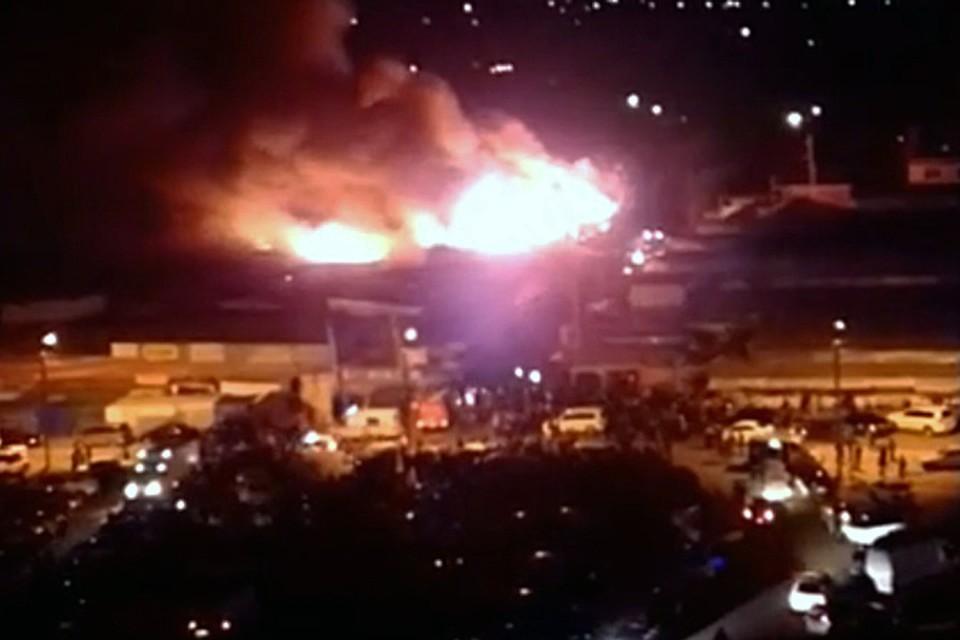 Спасатели говорят, что рынок занялся огнем сразу с четырех сторон