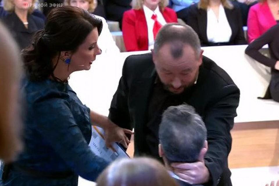 Артем Шейнин схватил американского гостя студии за шею.