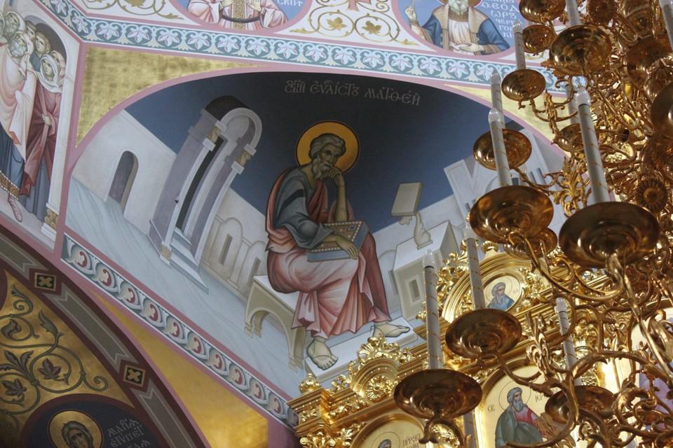 Свято-Троицкий кафедральный собор в Саратове, роспись на стенах.