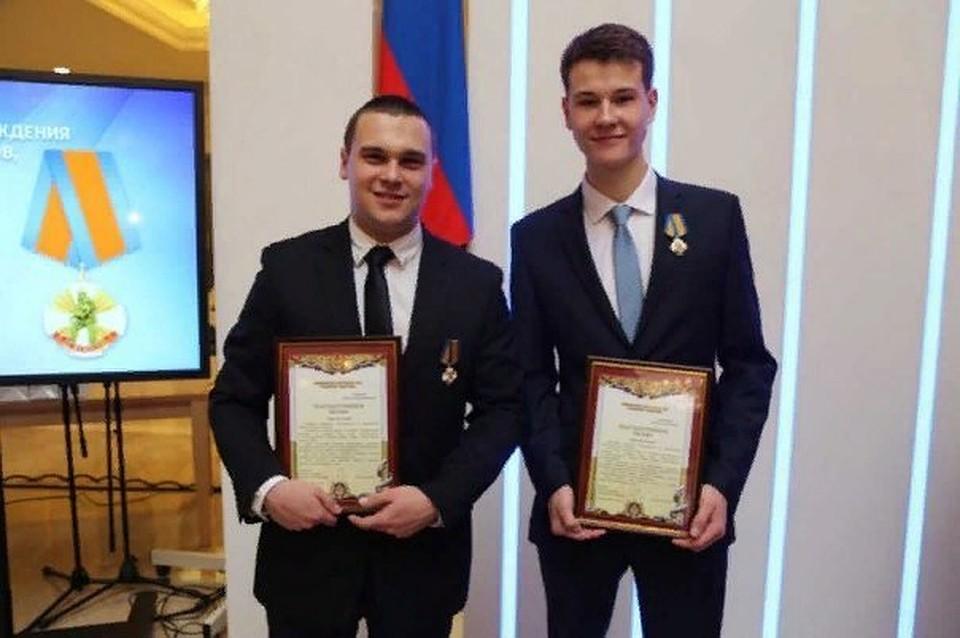 Антон Тарасов (слева) не растерялся в трудную минуту и спас маму, папу и сестру. Фото: сайт МЧС ДНР