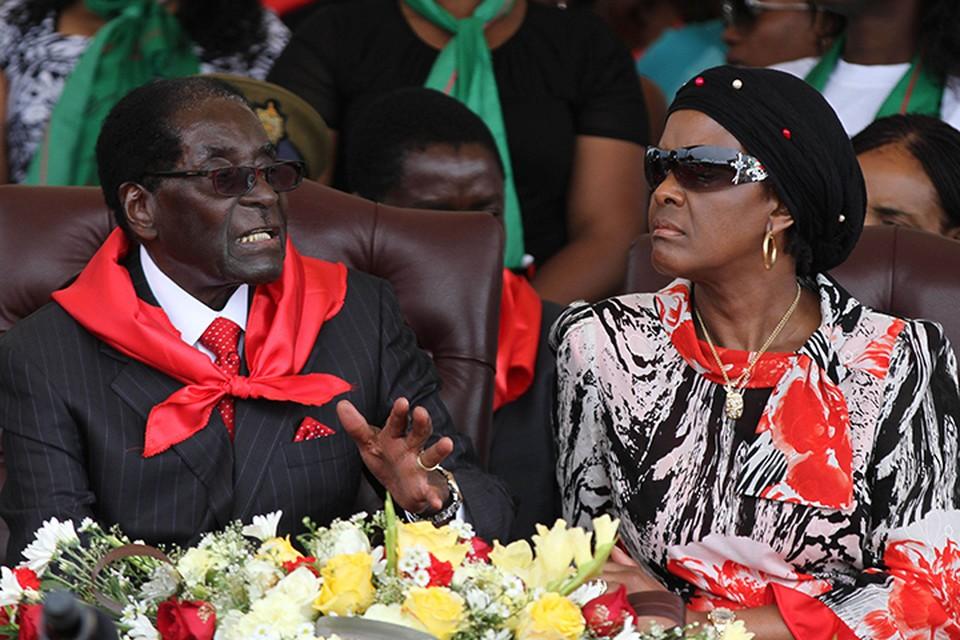 Многие эксперты полагают, что страной давно управляет жена диктатора - 52-летняя Грейс Мугабе