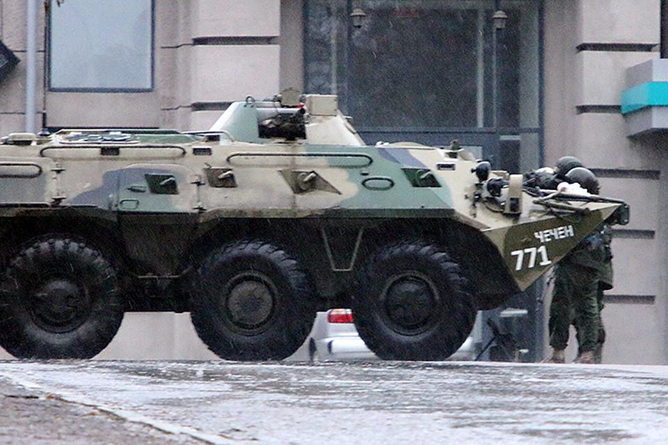 У здания Администрации дежурят вооруженные люди. Здесь же — два БТР и одна бронемашина