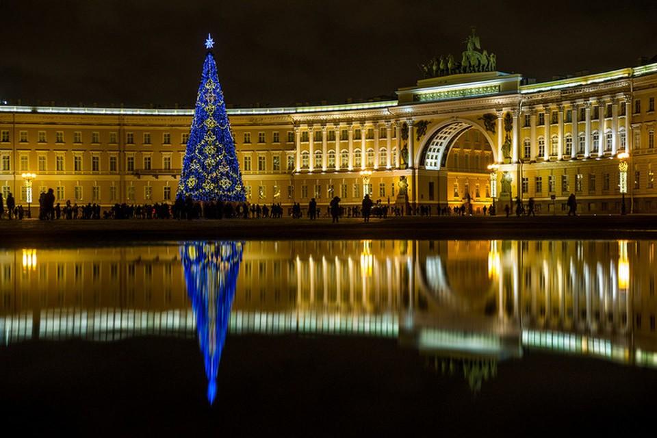 Так ёлку на Дворцовой украшают с 2013 года, когда решили устанавливать искусственную