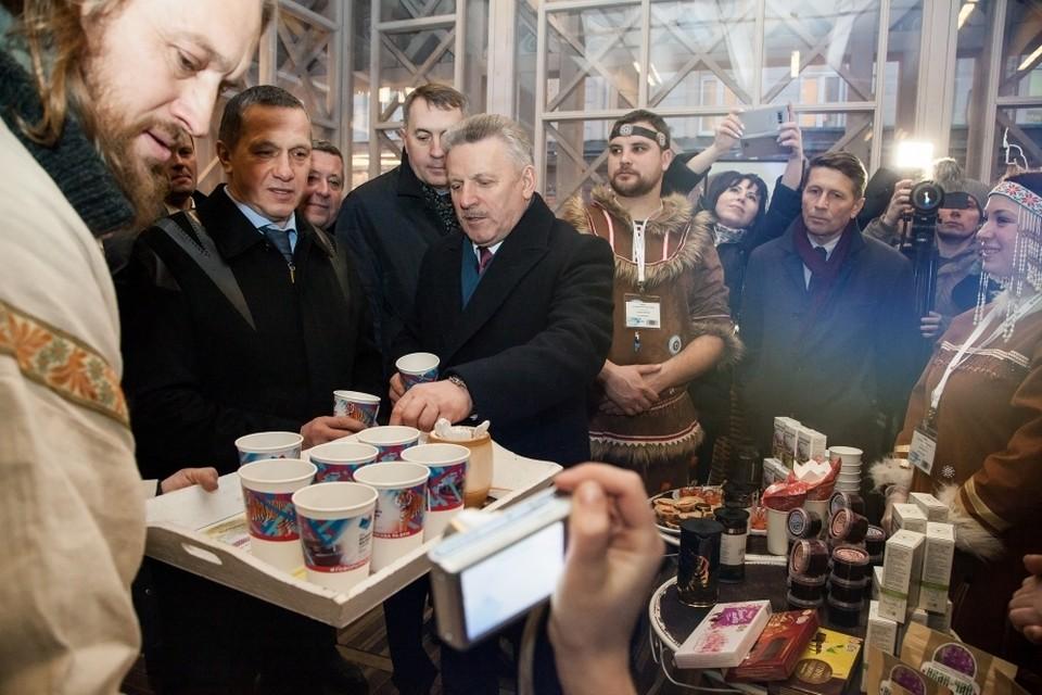 В павильоне Хабаровского края Юрию Трутневу предложили попробовать иван-чай. Фото: Предоставлено пресс-службой Губернатора Хабаровского края