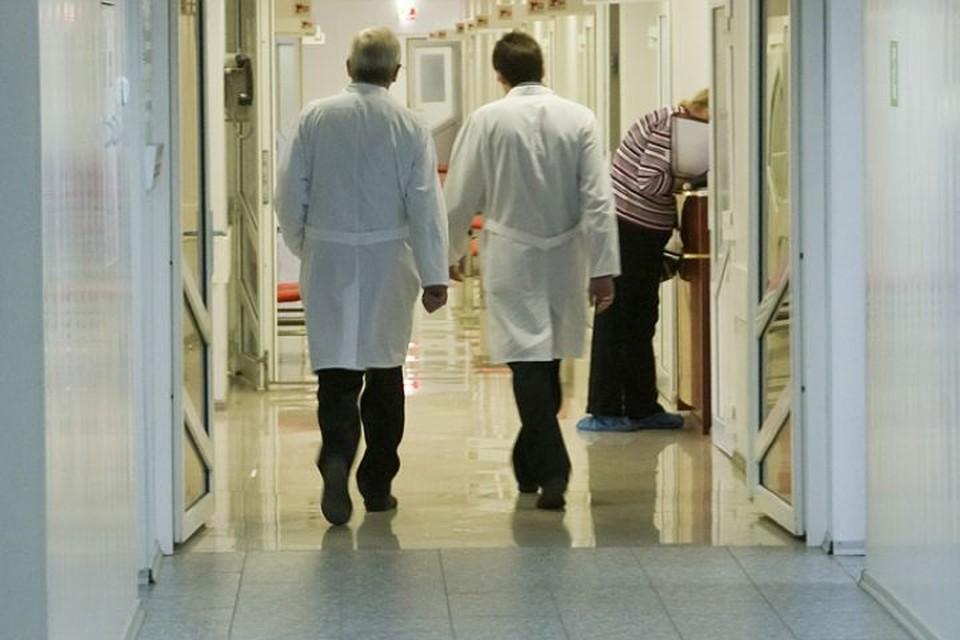 Все чаще врачи по всей стране попадают с работы прямо на больничную койку