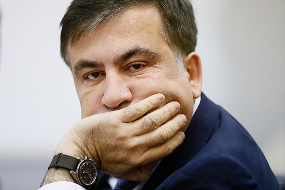 Остается Саакашвили, закусив галстук, возвращаться в Нидерланды, где его ждет супруга с двумя сыновьями