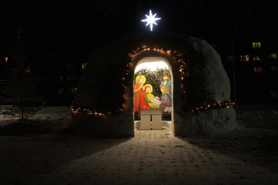 Такие рождественские ясли из снега соорудили в Кудряшах.