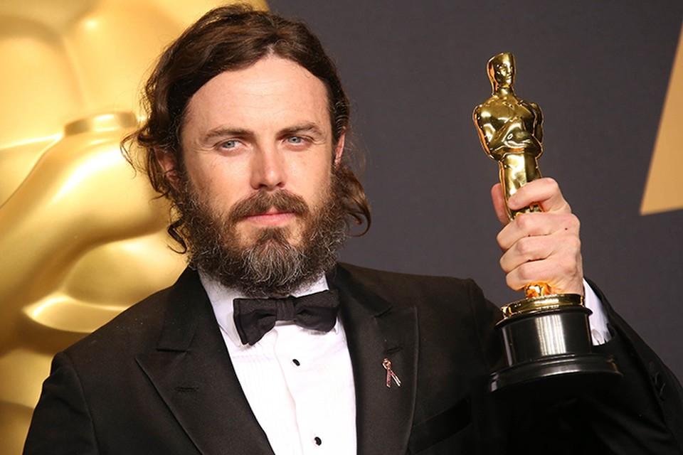 По традиции, принятой на церемонии, актер, выигравший «Оскар» за лучшую мужскую роль, вручает награду лучшей актрисе в следующем году. В 2017 году Аффлек стал лауреатом «Оскара» за роль в фильме «Манчестер у моря»