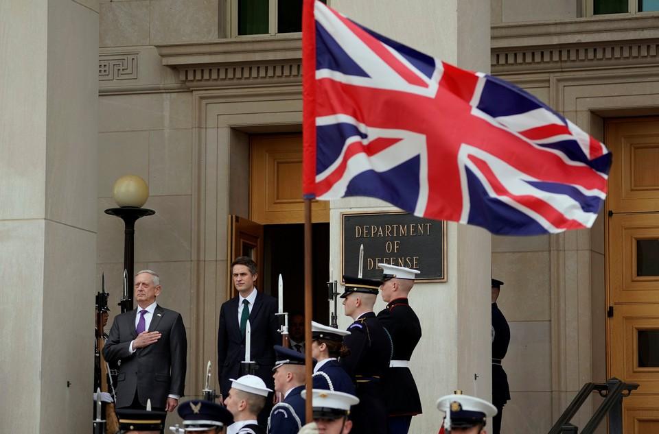 Министр обороны Великобритании Джим Мэттис у здания военного ведомства