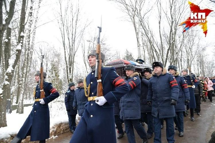 Более двух тысяч человек пришли на кладбище,чтобы проводить Романа Филипова в последний путь.