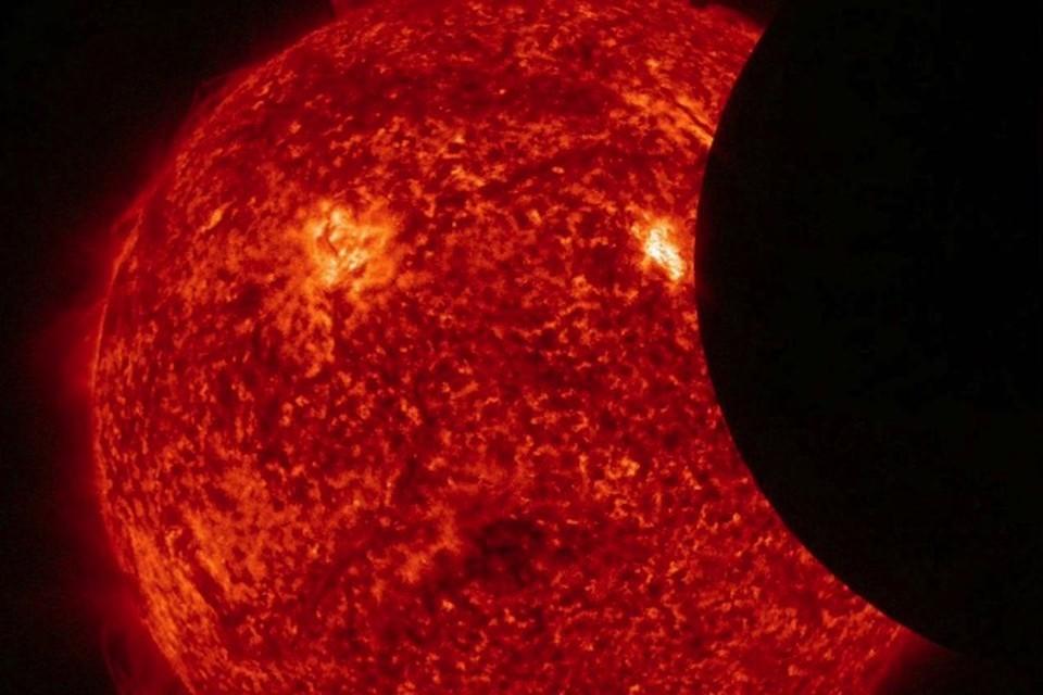 Частичное солнечное затмение: вид из космоса.